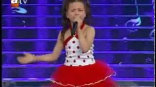 getlinkyoutube.com-طفلة تركية لديها صوت جميل و حس عالي افتقدت أمها 3 أشهر