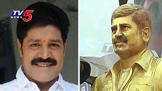 getlinkyoutube.com-Real Star Srihari Statue Unveiled By Family Members | Balapur | TV5 News