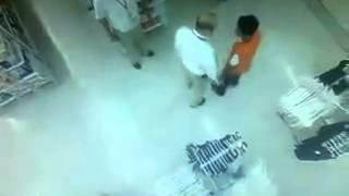 getlinkyoutube.com-Gerente de un Soriana es captado en video golpeando a un empleado