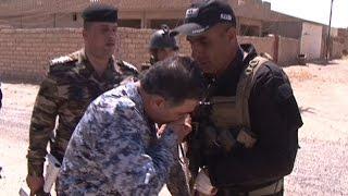 محمد الغبان يقبل يد جندي في الخط الأمامي