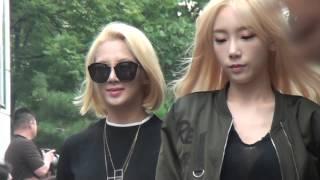 getlinkyoutube.com-SNSD Hyoyeon, Taeyeon, Yuri entering Music Bank 15 09 11