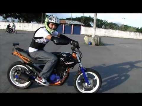 Aprenda a empinar de moto em 1 minuto com Douglas Ferreira