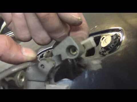 Как снять и установить наружные дверные ручки Мазда 3 I(ВК).