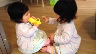 双子の可愛いハプニング 双子の赤ちゃん10ヶ月[ベビモ表紙モデル2015春 双子]