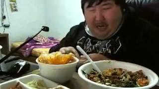 getlinkyoutube.com-Chino riendo mientras come
