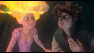 getlinkyoutube.com-Ses cheveux s'illuminent ! Flynn rider et Raiponce