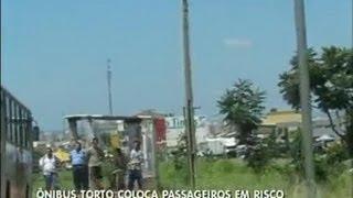 Ônibus torto coloca segurança de passageiros em risco