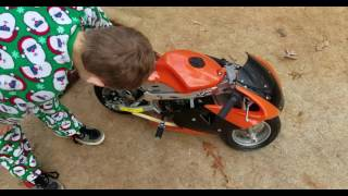 getlinkyoutube.com-Kid gets a pocket bike For Christmas 49cc Rosso motor