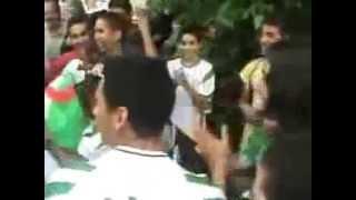 getlinkyoutube.com-رقص مشجعي الجزائر مع شرطي من f.b.i