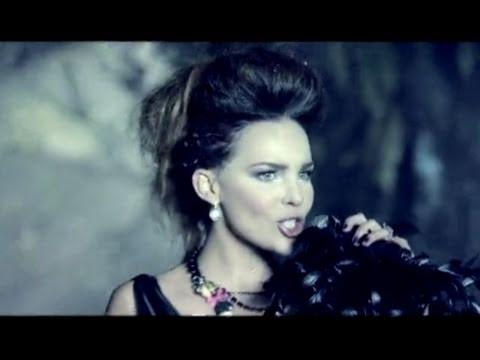 Recogido con trenzas y tupe de Belinda en Videoclip Dopamina
