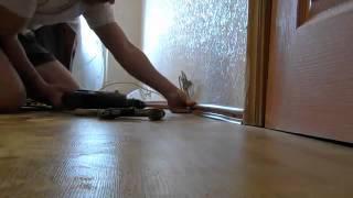 Закладывание кабеля под плинтус