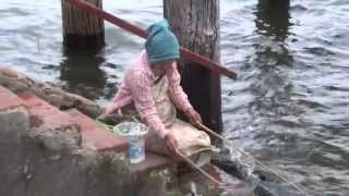 getlinkyoutube.com-สาวพม่าตกปลาแปลกมาก amazing myanmar Fishing stile