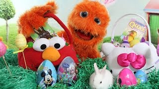 getlinkyoutube.com-Coloring Easter Eggs with Silly Monsters and Tomy Hide 'n' Squeak Eggs Review