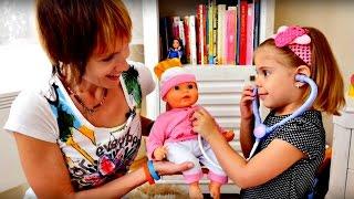 getlinkyoutube.com-Новая КУКЛА Элис. Распаковка. Маша и Элис лечат куклу. Игры для девочек КАК МАМА