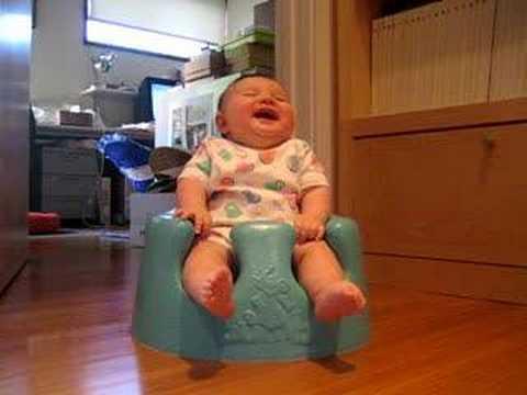 Beba se smeje na noši