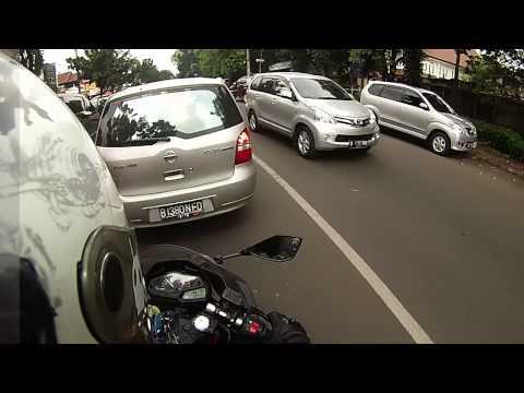 Ninja 250 FI cruising through Bintaro vs traffic (Little Wheelie inside)