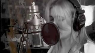 getlinkyoutube.com-Dutch singer Anouk covers Rihanna's song Man down