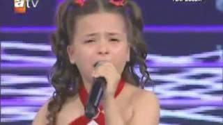 getlinkyoutube.com-Berna e vogël qan derisa i këndon nënës së saj (Berna Karagözoğlu )