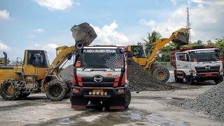getlinkyoutube.com-Hino 500 Dump Truck Wheel Loader Komatsu Mixing Delivering CTB Aggregate