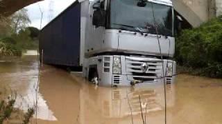 getlinkyoutube.com-RESCATE CAMION ATRAPADO POR SUBIDA DE RIO