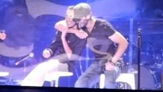getlinkyoutube.com-Enrique Iglesias with a gay fan on stage