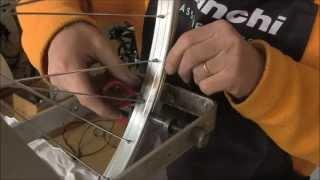 getlinkyoutube.com-Sostituzione di un raggio e centratura ruota delle bici