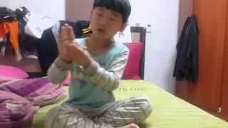 getlinkyoutube.com-동생이 하는 동전마술