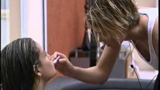 getlinkyoutube.com-Vídeos   BBB11   Diana se diverte maquiando Natalia