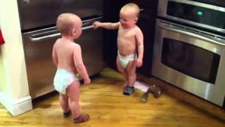 getlinkyoutube.com-اطفال توأم يتكلمون مع بعضهم/ Talking twin babies /Funny videos