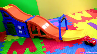 getlinkyoutube.com-Wheelies Cars 2 Racing Rivalry Race Track Lightning McQueen & Francesco Bernoulli Disney