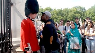 getlinkyoutube.com-Make way for The Queens Guard Prank