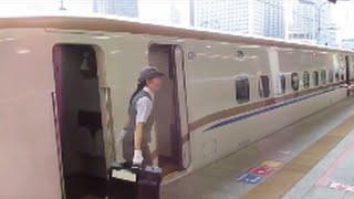 getlinkyoutube.com-北陸新幹線等到着・発車、女性車掌さん活躍・女性運転士さん、お疲れさまです