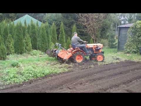 Zawracanie w miejscu traktorkiem ogrodniczym KUBOTA. Japońskie mini traktory.www.traktorki.waw.pl