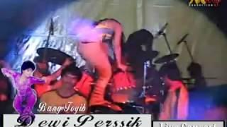 Celana Dewi Perssik Robek Saat Konser