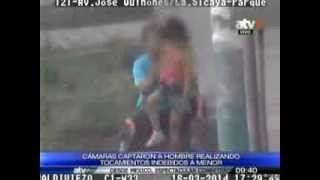 getlinkyoutube.com-Cámaras captaron a hombre realizando tocamientos indebidos a menor