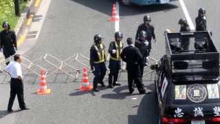 getlinkyoutube.com-機動隊のバリケードに突っ込んでくる街宣車 2013/8/15 靖国神社