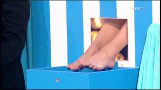 getlinkyoutube.com-Valerie Begue sexy montre ses pieds nu