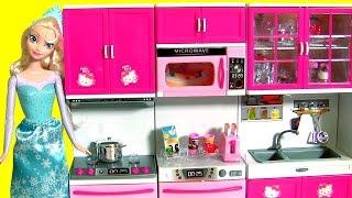 getlinkyoutube.com-Elsa na Cozinha Deluxe da Hello Kitty Com Forno Fogão Geladeira Disney Frozen Play Doh Surprise Eggs