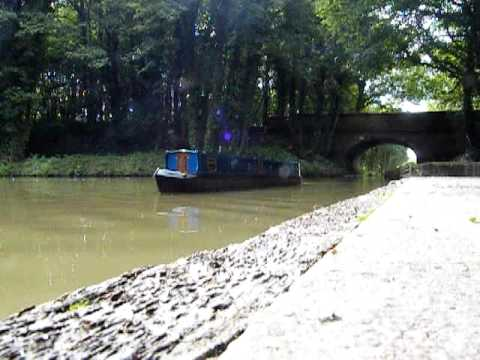 My R/C 9 foot 1/8 scale model narrowboat (MOVING WAVES)