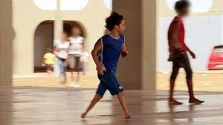 طفل بلا أقدام... ويلعب كرة القدم
