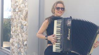 Bia Socek tocando acordeon