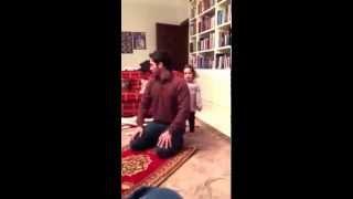 getlinkyoutube.com-سمو الأمير حمزة بن الحسين يداعب طفلته بعد صلاته