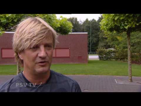 Wim Kieft kijkt rond in de keuken van PSV