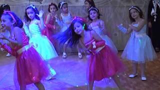 """getlinkyoutube.com-سمر ابوبكر ترقص على اغنية """"يا بنات"""" خلال حفل تخريج روضة جمعية يعبد الخيرية"""