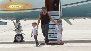 getlinkyoutube.com-Ricky Martin llegó a Miami con sus hijos para Premios Juventud