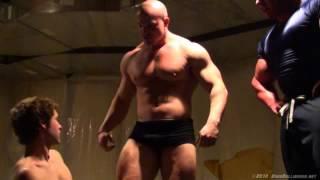 getlinkyoutube.com-Il grande BRAD e un suo amico muscoloso dominano un ragazzo