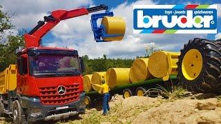 getlinkyoutube.com-BRUDER RC Tractor hey bales transportation