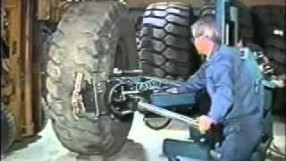 getlinkyoutube.com-大型タイヤのパンク修理手順(バイアスタイヤ)