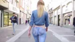 getlinkyoutube.com-Modelo camina por la calle con jeans pintados en su piel.