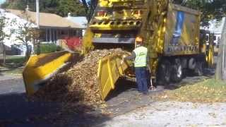 getlinkyoutube.com-Leaf Collection - City of Milwaukee Style - Trackless MT Series V/CCC Heil